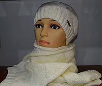 Зимняя белая вязаная шапочка с шарфом белого цвета