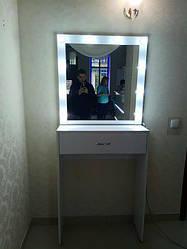 Визажный столик з дзеркалом. Столик для макіяжу