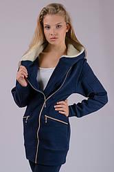 Тепла куртка жіноча подовжена демісезонна трикотажна синя темна на блискавці з капюшоном Україна