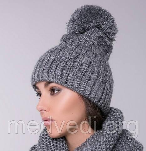 серая женская шапка с бубоном