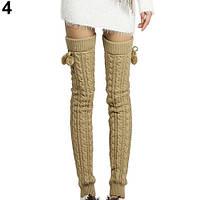 Длинные бежевые женские гетры с помпонами выше колена
