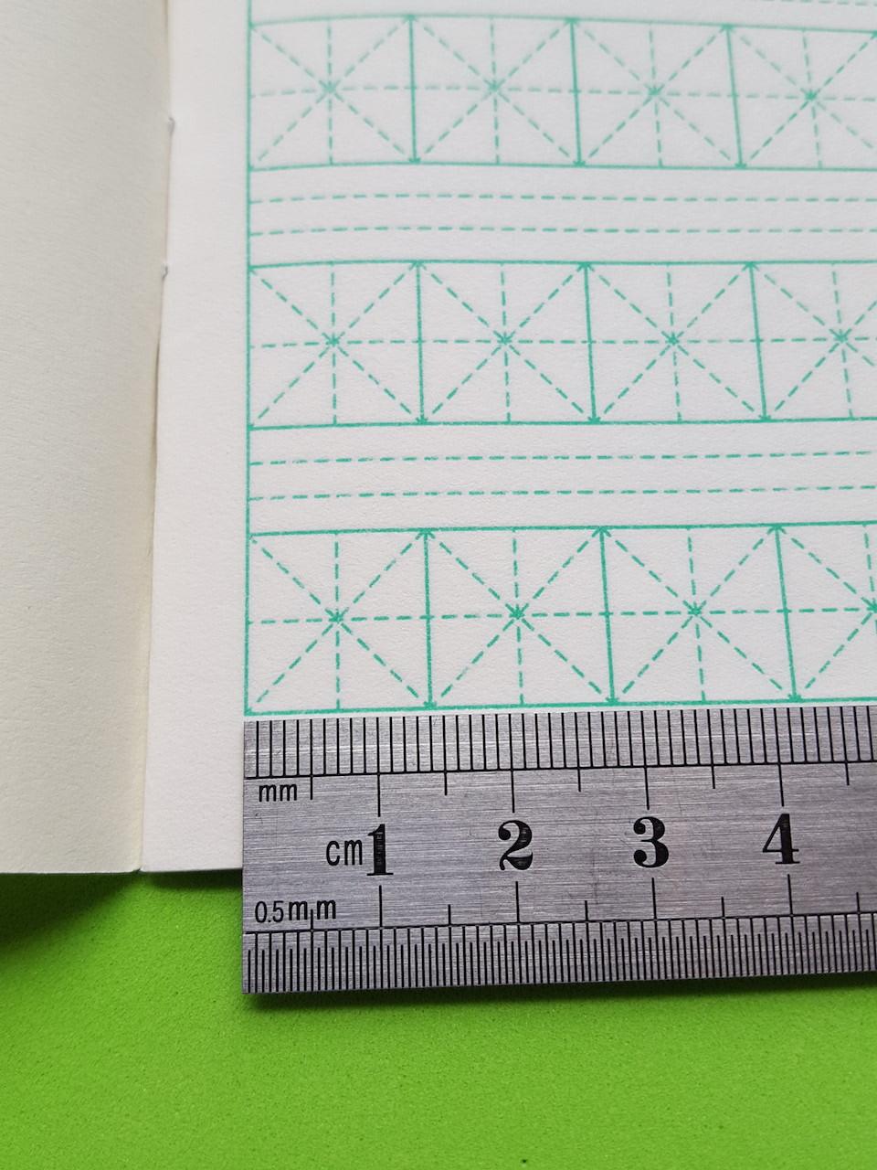 Тетрадь для написания иероглифов. Клетка 14 мм с диагональным пунктиром и расширенным полем для пиньинь. 2304к