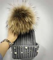 Женская теплая вязаная шапка с меховым бубоном (помпоном) и бусинами серая, фото 1