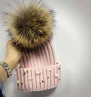 Женская теплая вязаная шапка с меховым бубоном (помпоном) и бусинами розовая, фото 1