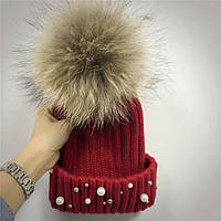 Женская теплая вязаная шапка с меховым бубоном (помпоном) и бусинами бордовая (марсала)