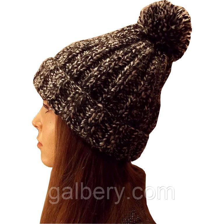Жіноча в'язана шапка об'ємної ручної в'язки з помпоном
