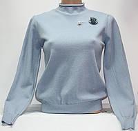Гольф трикотажный женский, голубой, люрекс, с брошью