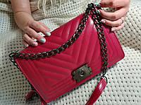 Бордовая сумка через плече,на плече Chanelна цепочке