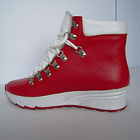 Женские ботинки из натуральной кожи красного цвета с вставками из кожи белого цвета