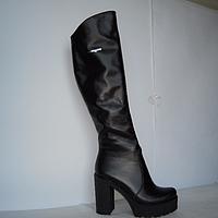 Ботфорты из натуральной кожи черного цвета на устойчивом каблуке, декорированы фурнитурой