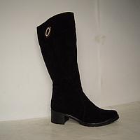 Сапоги из натурального замша декоорированы фурнитурой, на устойчивом каблуке