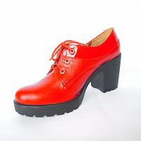 Женские туфли из натуральной кожи красного цвета на устойчивом каблуке на шнуровке