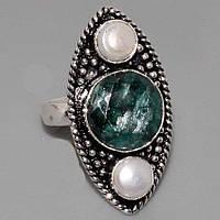 Красивое кольцо с камнями изумруд и жемчуг в серебре.