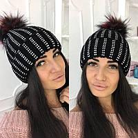 Стильная тёплая женская вязаная шапка со стразами и цветным бумбоном чёрная