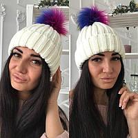 Стильная тёплая женская вязаная шапка с цветным бумбоном белая