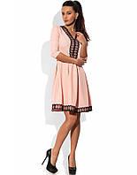 Персиковое приталенное платье с кружевной отделкой