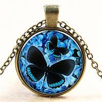Модный круглый медальон с рисунком Бабочки, на цепочке, цвет кулона - синий, цвет металла - бронза
