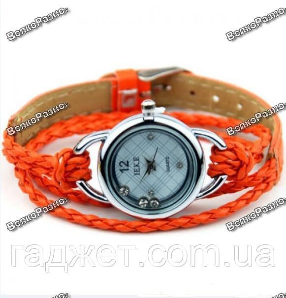 Женские часики IEKE с переплетенным длинным ремешком оранжевого цвета.