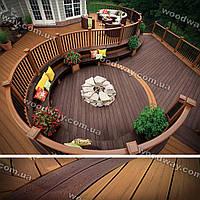 Открытая терраса с деревянным помостом многоуровневого типа к дому