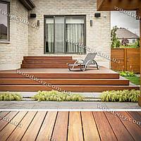 Деревянный помост к дому со ступеньками в виде открытой террасы