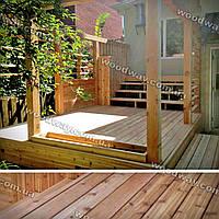 Деревянная терраса к дому с помостом и боковыми ограждениями