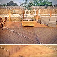 Открытая деревянная терраса к дому больших размеров
