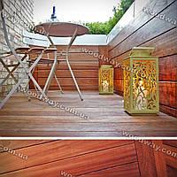 Балконная терраса с деревянным покрытием и боковым ограждением