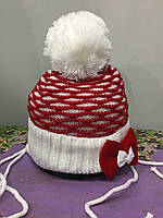 Теплая вязанная шапка на завязках для девочки