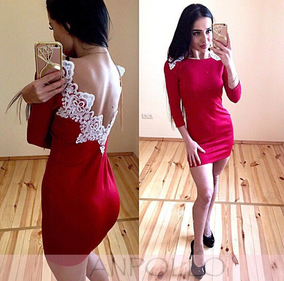 Стильне плаття з вирізом на спині