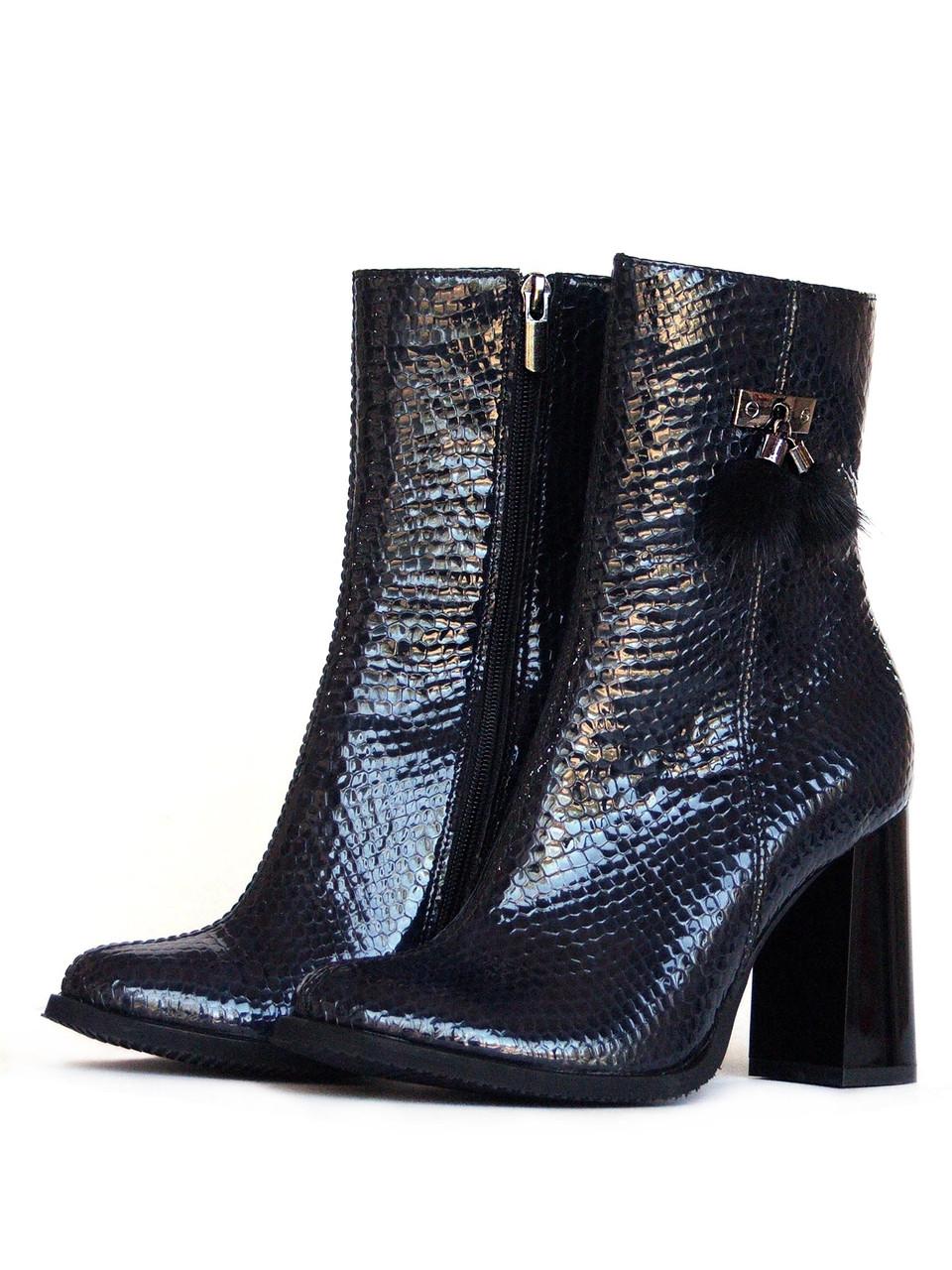 Высокие ботинки из лаковой кожи