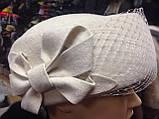 Фетровий капелюх таблетка прикрашена квітковою композицією, фото 3