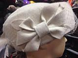 Фетровий капелюх таблетка прикрашена квітковою композицією, фото 4