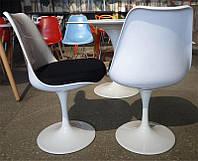 Стул Tulip chairбелый пластик, алюминиевая основа, чернаяподушка, стиль модерн, дизайнEero Saarinen