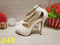 Босоножки белые на каблуке с цепочкой