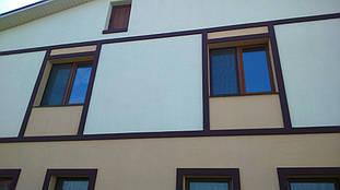 Декор подчеркивает геометрию и стиль окраски фасада дома