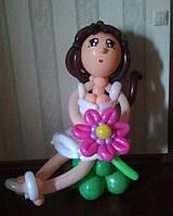Фигура девушки из воздушных шаров на лужайке