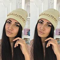 Стильная вязаная женская шапка декорирована цепочкой