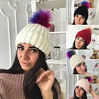 Стильная вязаная женская шапка с бубоном из искуственного меха