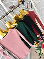 Стильный трикотажный женский свитер с бусинами на шее