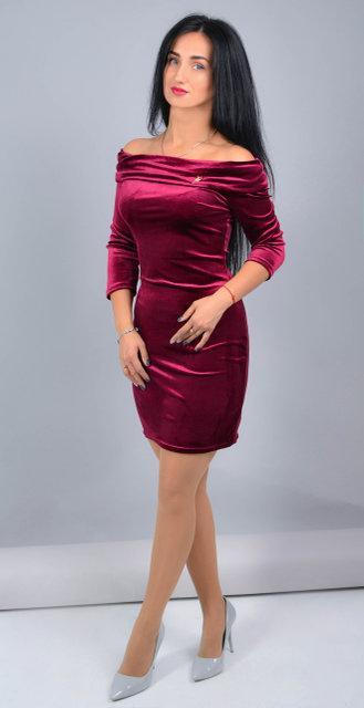 Нарядное бордовое велюровое платье с брошкой