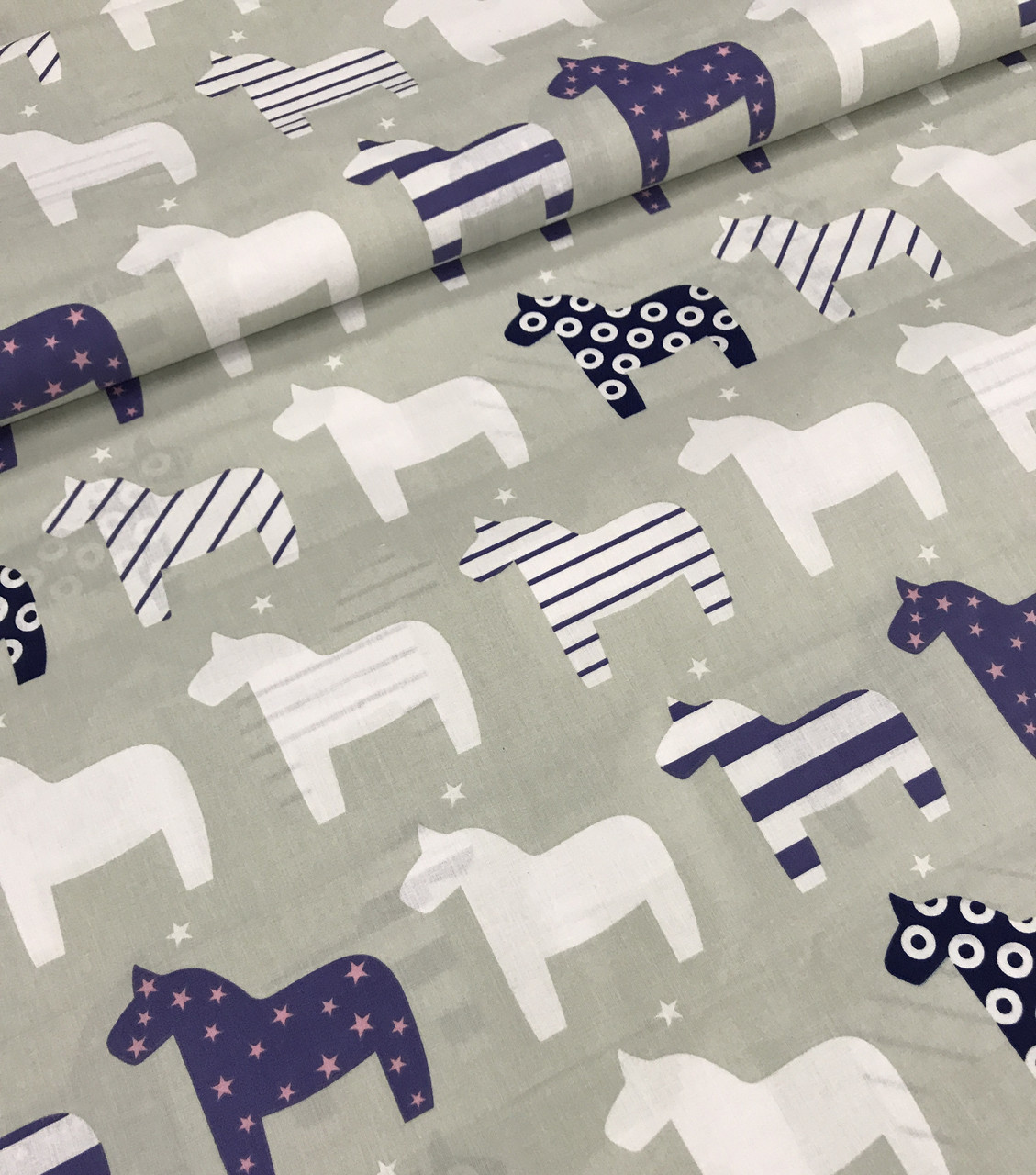 Бавовняна тканина польська конячки біло-сині на сірому №443