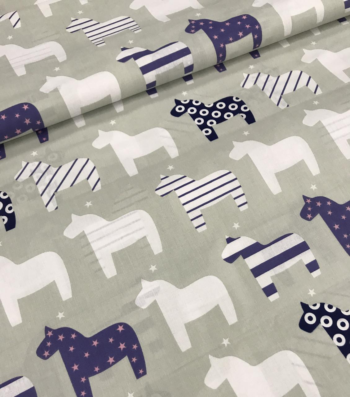 Хлопковая ткань польская лошадки бело-синие на сером №443
