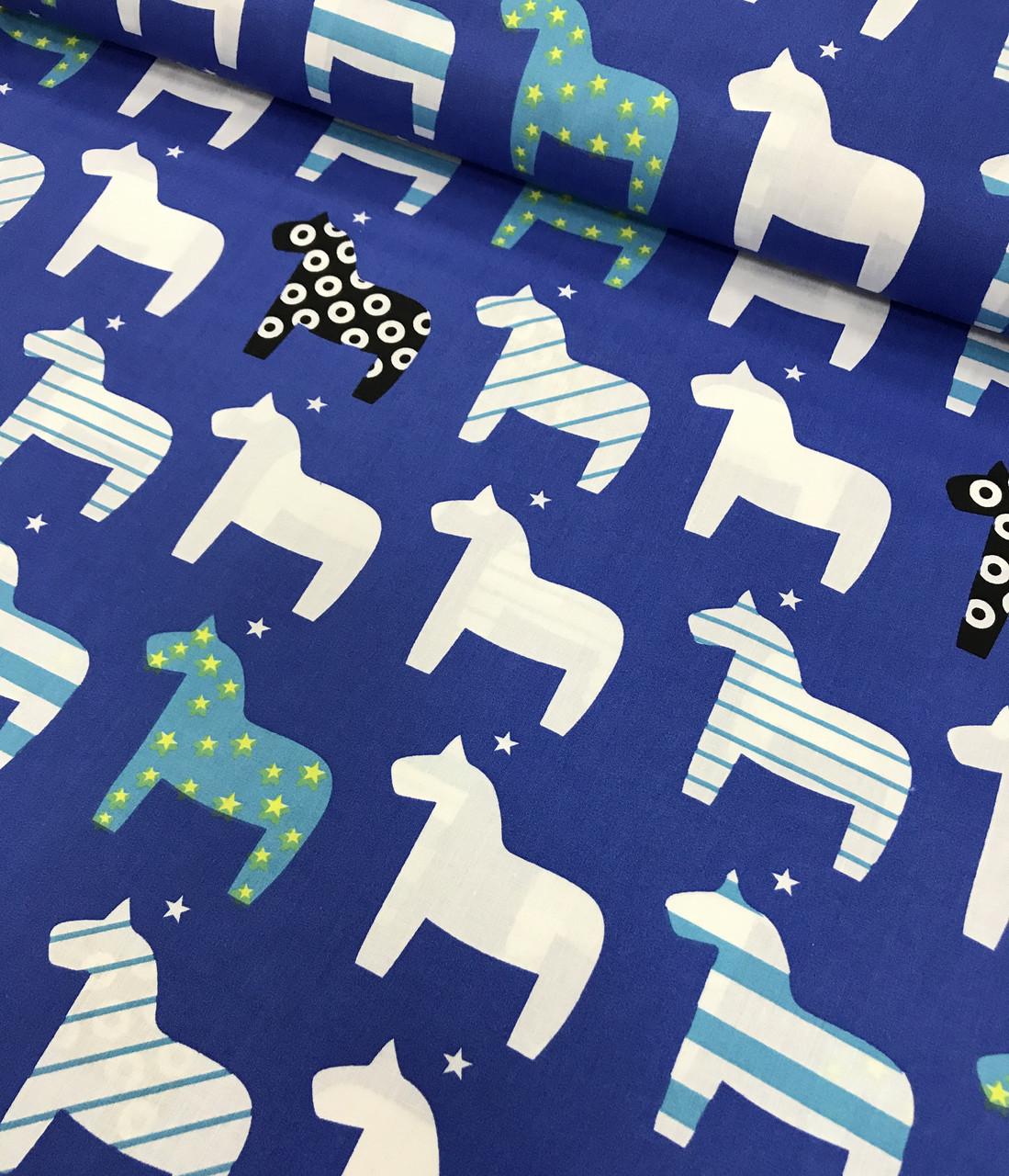 Хлопковая ткань польская лошадки бело-синие на синем №442