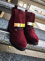 Бордовые ботинки с металлическим украшением