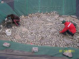 Декорирование дна пруда природным камнем.