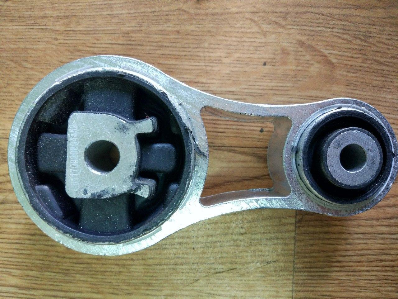 Подушка двигуна (вісімка, нижня) Renault Trafic, Opel Vivaro 1.9, 2001-2006 Metalcauho 04452