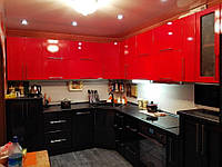 Большая угловая кухня в красно черных тонах