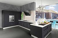 Индивидуально созданная дизайнером кухня с встроенной техникой и фасадами МДФ