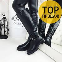Женские зимние сапоги на низком каблуке, черного цвета / высокие сапоги женские кожаные, с ремешком, модные