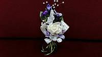 Свадебная бутоньерка айвори с фиолетовым